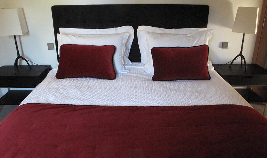 Décors de lit, chemin de lit carreaux pointé réversible et coussins décoratifs